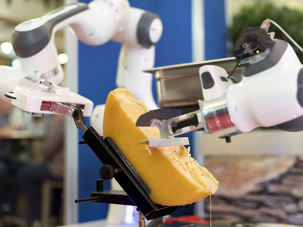 Ob's gleich schmeckt, wenn ein Roboter das Raclette zubereitet? (Bild: KEYSTONE/LAURENT GILLIERON)