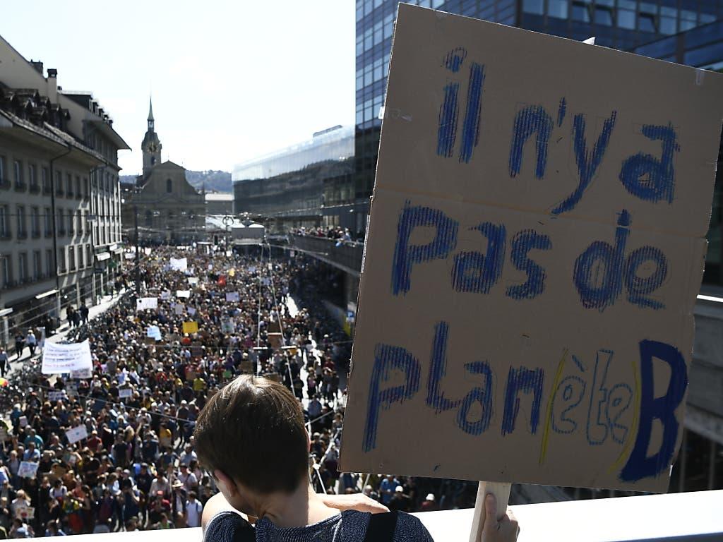 Zehntausende nahmen am Samstag an der Klimademo in Bern teil. (Bild: Keystone/Anthony Anex)