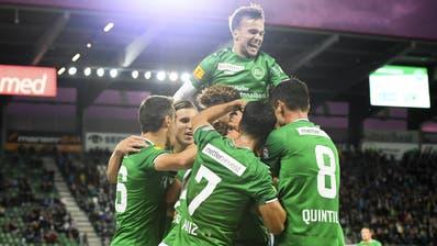 Die St. Galler mit Jérémy Guillemenot (oben) bejubeln das 1:0 durch den verdeckten Boris Babic. (Gian Ehrenzeller/KEY)
