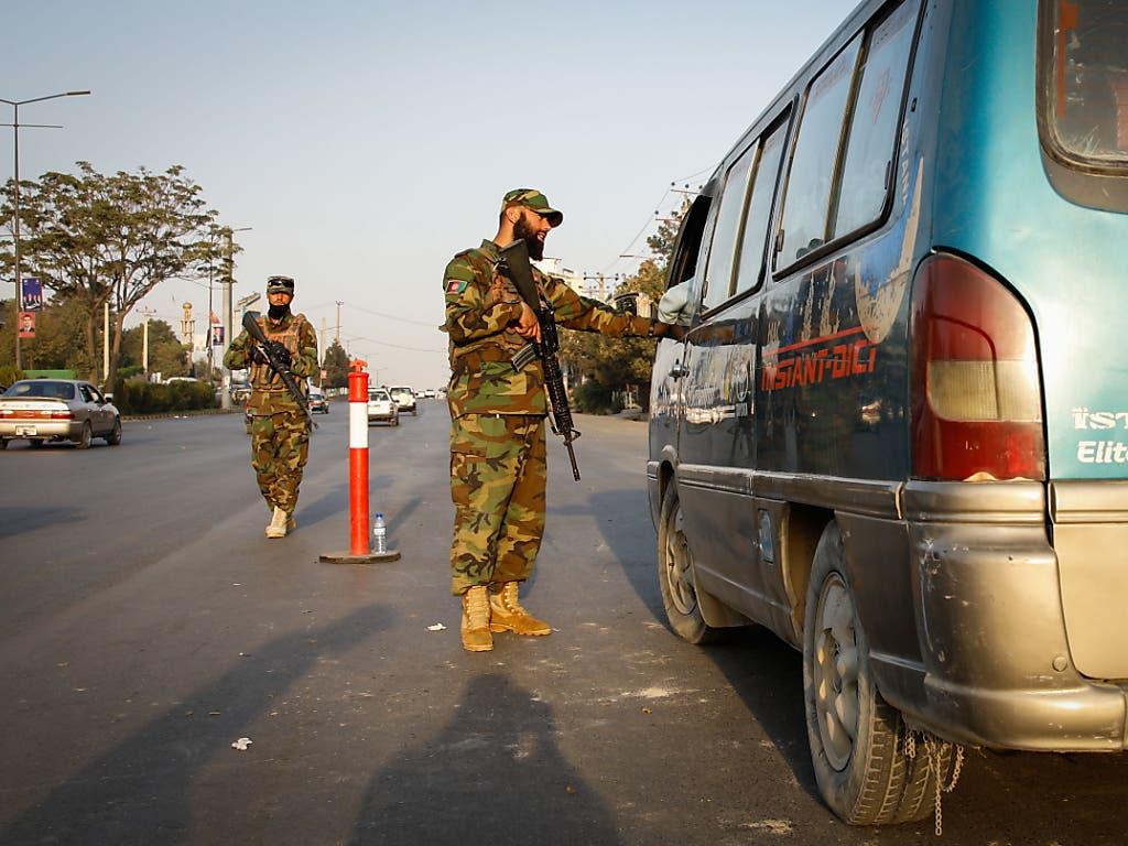 Hunderttausende Sicherheitskräfte sollen nach Angaben des afghanischen Innenministeriums die Wahlen am heutigen Samstag sichern. (Bild: KEYSTONE/EPA/HEDAYATULLAH AMID)