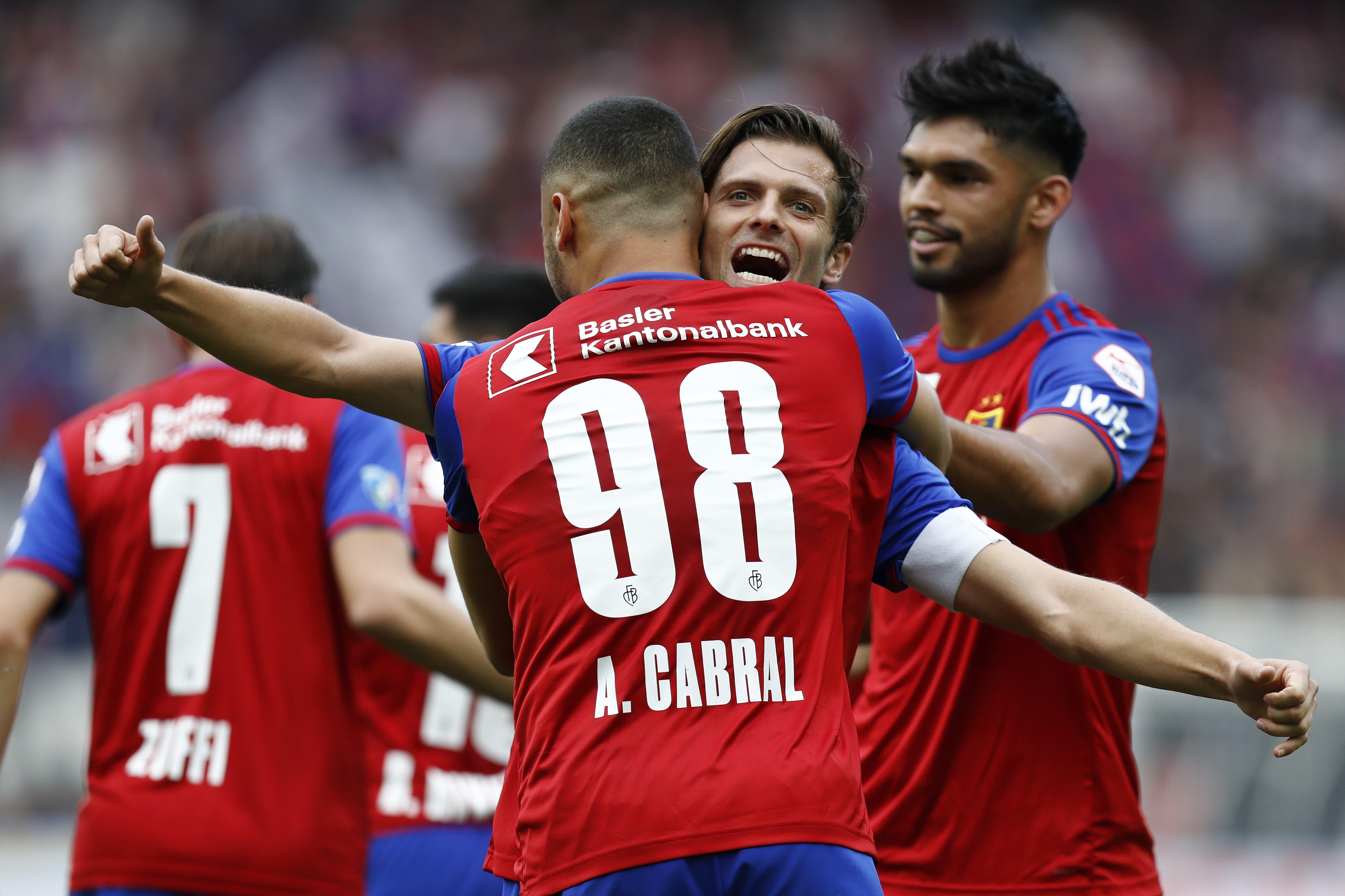 Basels Arthur Cabral jubelt nach seinem Tor zum 2:0 mit Teamkollege Valentin Stocker. (Bild: KEYSTONE/Peter Klaunzer)