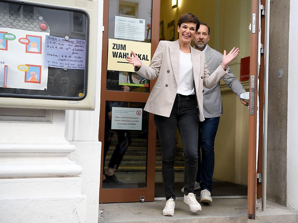 SPÖ-Chefin Pamela Rendi-Wagner spricht nach der Stimmabgabe von starkem Rückenwind im Wahlkampf-Finale. Nach bisherigen Umfragen droht den Sozialdemokraten jedoch ein historisches Tief. (Bild: KEYSTONE/APA/APA/ROLAND SCHLAGER)