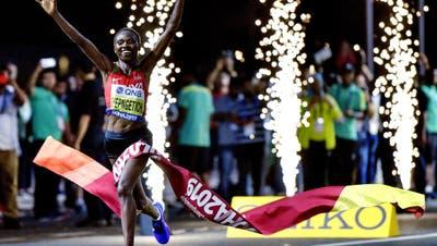 Ruth Chepngetich aus Kenia hielt die Hitze aus und gewann den Frauenmarathon in Doha. (Bild: AP Photo/Martin Meissner)
