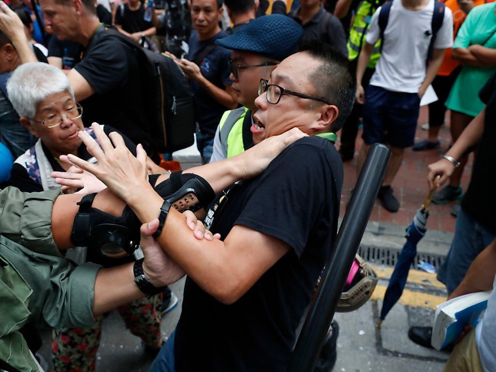 Polizei und Demonstranten geraten in Hongkong erneut aneinander. (Bild: KEYSTONE/AP/GEMUNU AMARASINGHE)