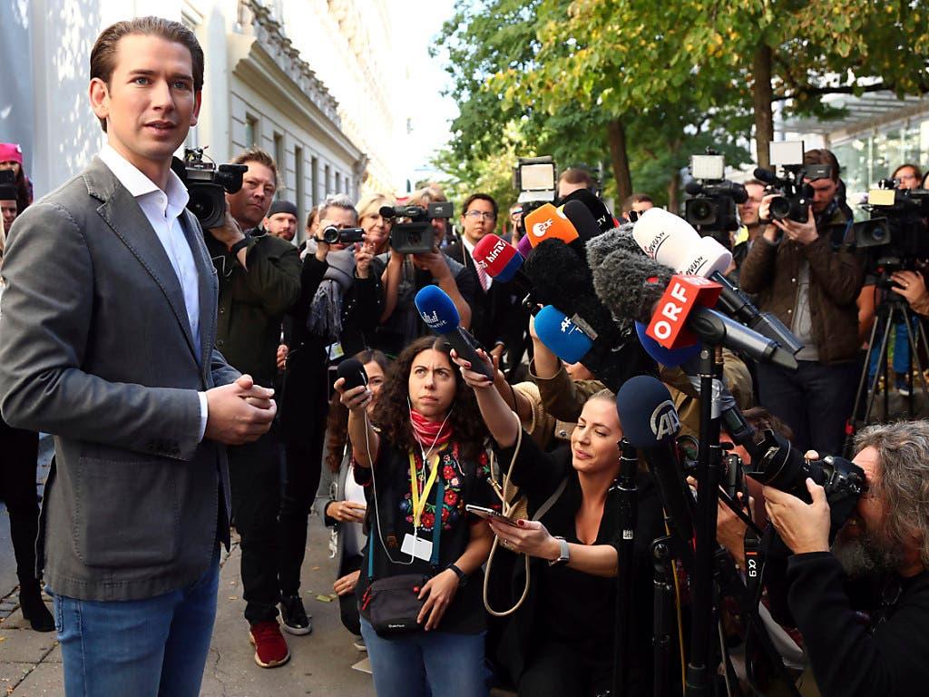 Ex-Kanzler und ÖVP-Chef Sebastian Kurz zeigt sich nach der Stimmabgabe für die Parlamentswahl in Wien zuversichtlich. Er gilt als haushoher Favorit. (Bild: KEYSTONE/AP/MATTHIAS SCHRADER)