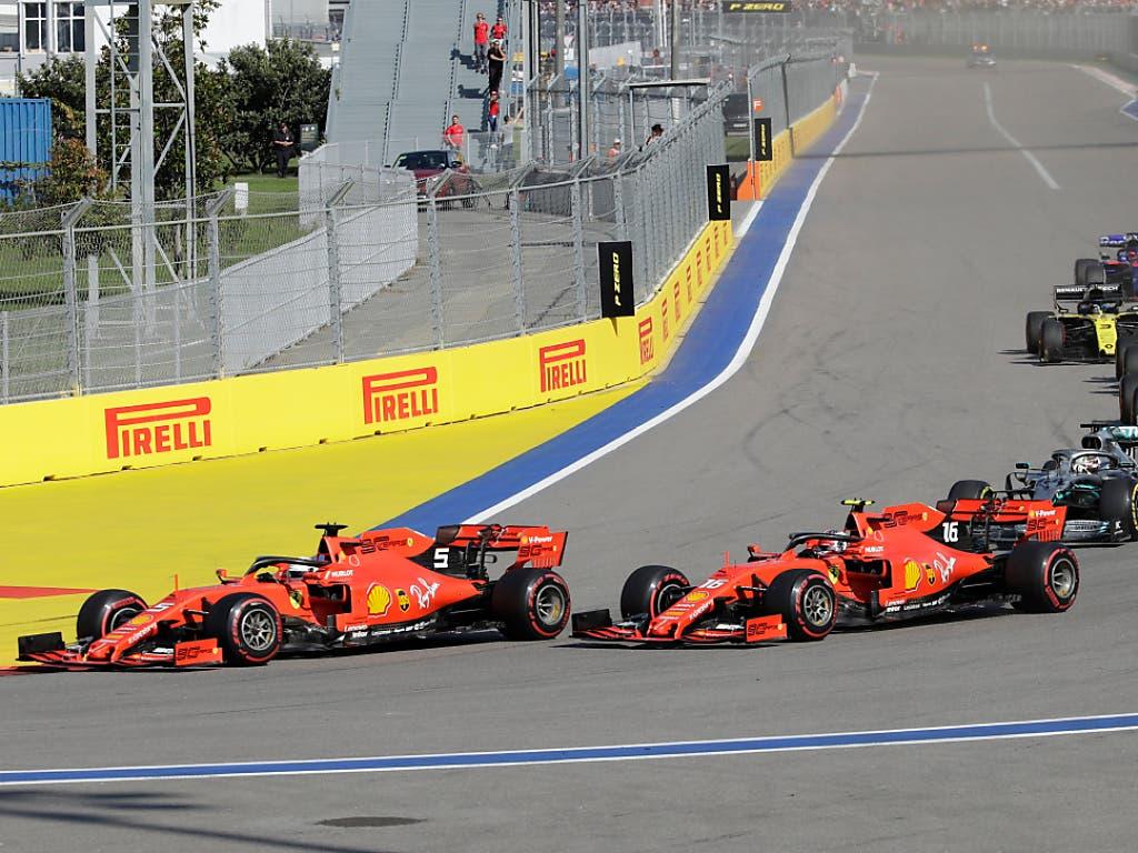 Das Überholmanöver nach dem Start: Vettel zieht an seinem Teamkollegen Leclerc vorbei (Bild: KEYSTONE/AP/LUCA BRUNO)
