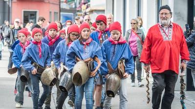 Die Kinder aus der GastregionEngadin Samnaun Val Müstair spazieren mit ihrem LehrerChasper Stuppan zum Marktplatz in Weinfelden. (Bild: Andrea Stalder)