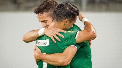 Zwei Spanier unter sich: Victor Ruiz beglückwünscht Jordi Quintillà (hinten) zum Traumtor kurz vor Schluss. (Bild: Benjamin Manser (St.Gallen, 28. September 2019))