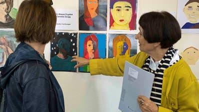 Silvia Peters von der FrauenfelderBildschule schaut sich mit einer Besucherin die Porträts von Frauenfelder Schülerinnen und Schülern an. (Bild: Andreas Taverner)