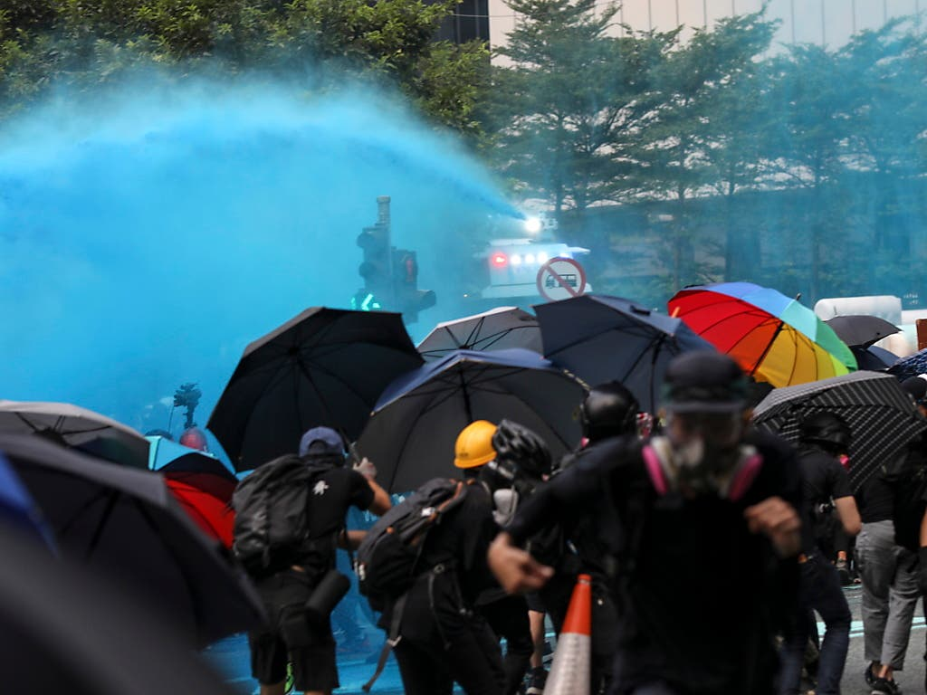 Die Polizei in Hongkong geht mit Wasserwerfern und Tränengas gegen die demonstrierenden Regierungsgegner vor. (Bild: KEYSTONE/EPA/JEROME FAVRE)