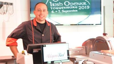 Reto Rust trennt sein Geschäft und seine «Freizeitaktivität» beim Irish Openair strikt: Die Esswaren bezieht er in seiner Metzgerei «wie ein Kunde». (Bild: Sabine Camedda)