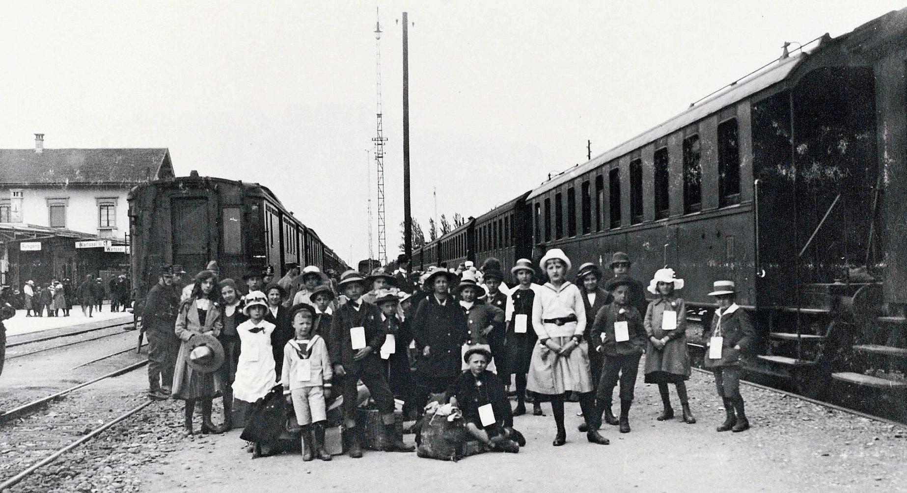 Eine Schar Buben und Mädchen versammeln sich im Bahnhof zum Erinnerungsbild. Bilder: (Bild: Archiv Hansruedi Rohrer)