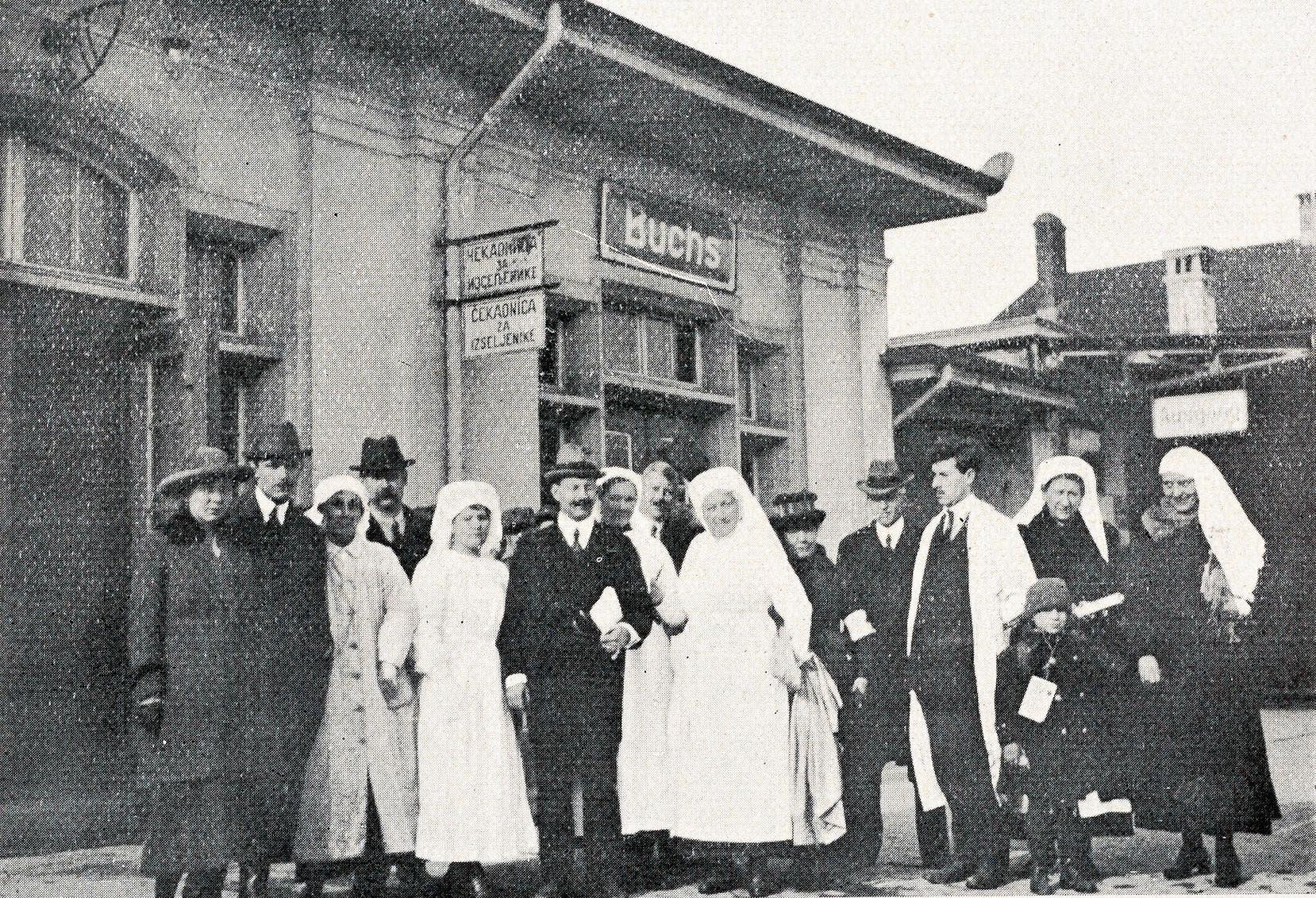 Das Komitee in Erwartung eines Kinderzuges, in der Mitte Max Strauss, Chef des SBB-Fahrdienstes. (Bild: Archiv Hansruedi Rohrer)