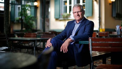 Im schattigen Garten des Restaurants Brandenberg in Zug fühlt sich Ständeratskandidat Heinz Tännler wohl. (Bild: Stefan Kaiser, Zug, 06. August 2019)