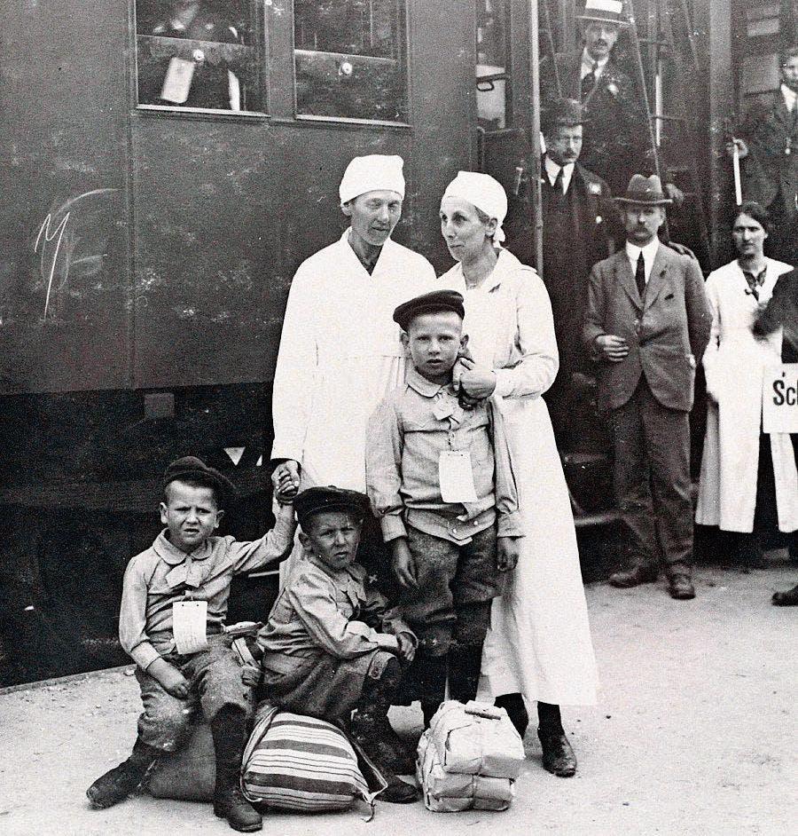 Helferinnen betreuen die reisenden Kinder. (Bild: Archiv Hansruedi Rohrer)