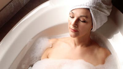 Warm baden vor dem Zubettgehen bei 40 bis 42,5 Grad Celsius hilft . (Bild: Getty)
