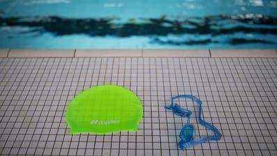 So eng, dass manchen Kindern die Lust aufs Schwimmen vergeht: die neue Schulbadekappe der Stadt St.Gallen. (Bild: Benjamin Manser)