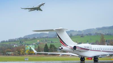 Businessjets am Flugplatz Altenrhein: Sie fallen genauso in die Kategorie «Privatflug» wie kleine Sportflugzeuge. (Bild: Urs Bucher)