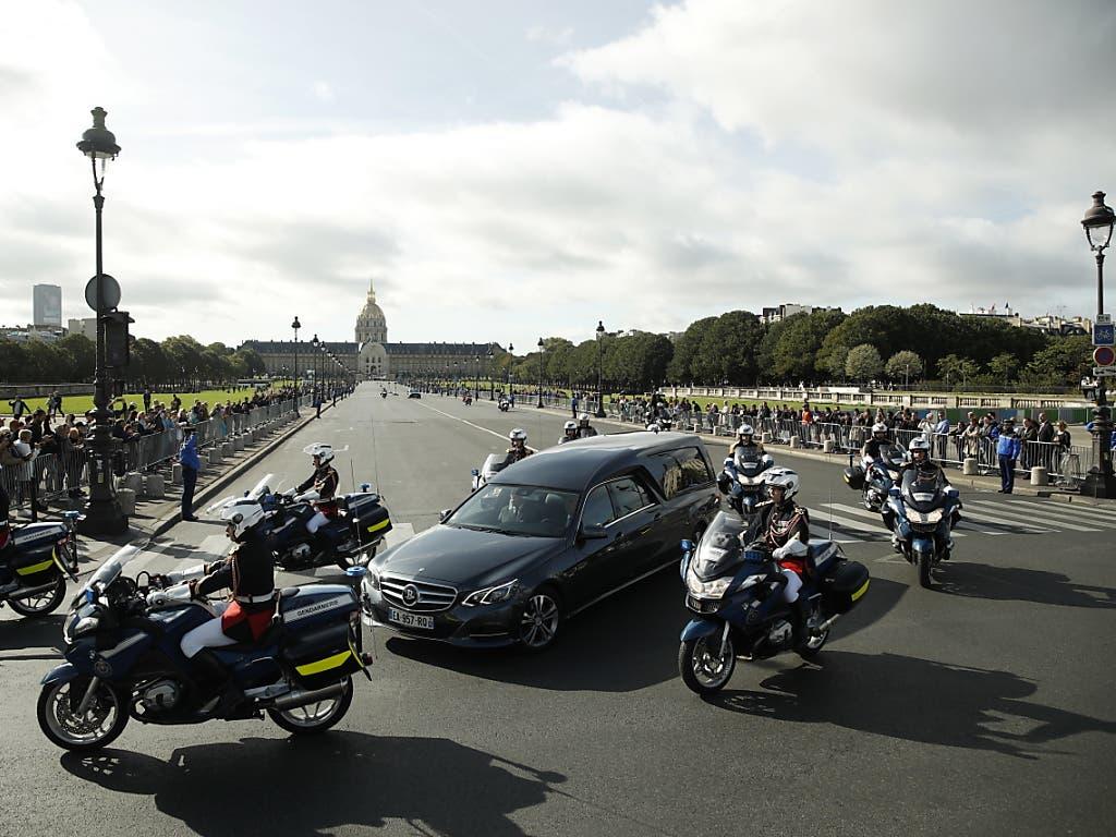 Polizeieskorte für den Sarg von Jacques Chirac. Mit einer eindrucksvollen Trauerfeier wurde dem ehemaligen französischen Präsidenten die letzte Ehre erwiesen. (Bild: KEYSTONE/EPA/YOAN VALAT)