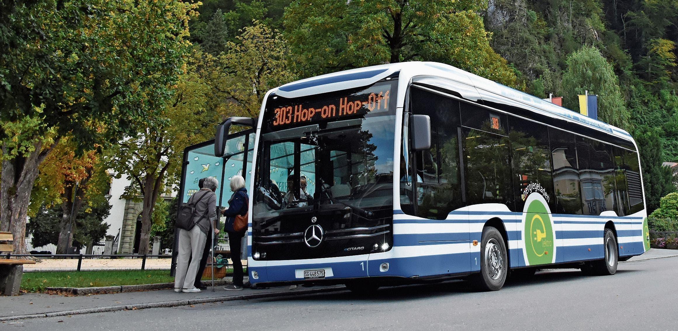 Am Samstag hat der neue RTB-Elektrobus zum ersten Mal bei der Haltestelle Schlossplatz in Hohenems Halt gemacht. Bilder: Kurt Latzer