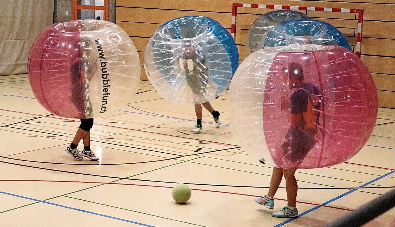 Fussball mal anders: Bubblesoccer am Spielturnier des TV Buchs.