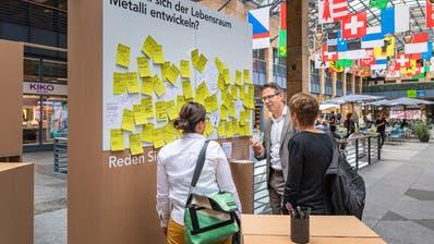 Zug Estates CEO Tobias Achermann bei der Präsentation der Ausstellung in der Einkaufs-Allee. (Bild: PD)