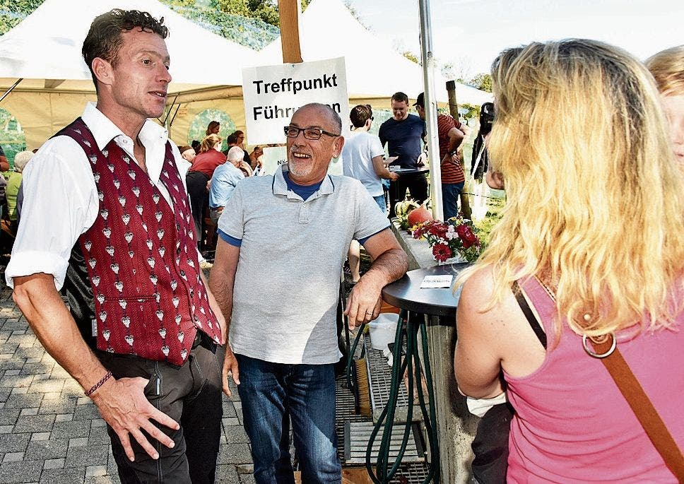 Mario Eggenberger (links) unterhält sich mit Besuchern.