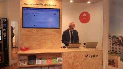 Stadtpräsident Thomas Scheitlin am Laptop in der Smarthalle. (Bild: David Gadze - 3. September 2019)