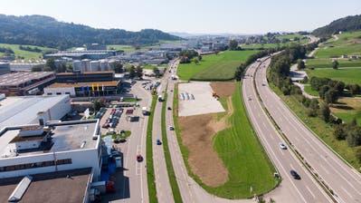 In Winkeln entsteht derzeit ein rund 4500 Quadratmeter grosses Zwischenlager für Neuwagen der City-Garage AG. Die Nutzung ist auf fünf Jahre, bis Ende Juni 2024, beschränkt. Geplant war, die Zürcher Strasse (links) von hier aus entlang der Autobahn zu führen. (Bild: Ralph Ribi/4. September 2019)