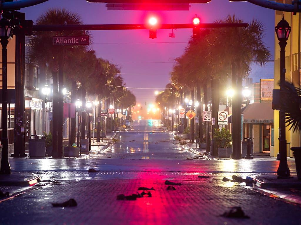 Wegen der Zwangsevakuierungen waren die Strassen am Mittwoch in Daytona Beach im US-Bundesstaat Florida, wie ausgestorben. (Bild: KEYSTONE/EPA/JIM LO SCALZO)