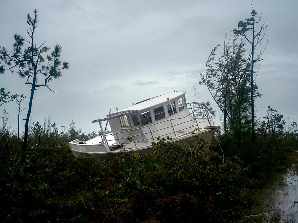 Der Wirbelsturm «Dorian» hat Boote aus dem Meer an Land geworfen. Nach Uno-Schätzungen sind mehr als 61'000 Menschen auf Lebensmittelhilfe angewiesen. (AP Photo/Ramon Espinosa) (Bild: KEYSTONE/AP/RAMON ESPINOSA)