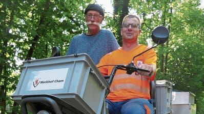Vor fünf Jahren hat der Werkhof Bruno Birrer (links) das dreirädrige Elektromobil zur Verfügung gestellt. Nun dreht Dani Hausheer mit dem Gefährt seine Runden. (Bild: Rahel Hug, Cham, 3. September 2019)