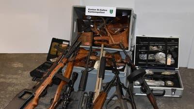 Ein Teil der von der Kantonspolizei St.Gallen sichergestellten Waffensammlung in Degersheim. (Bild: Kapo SG)