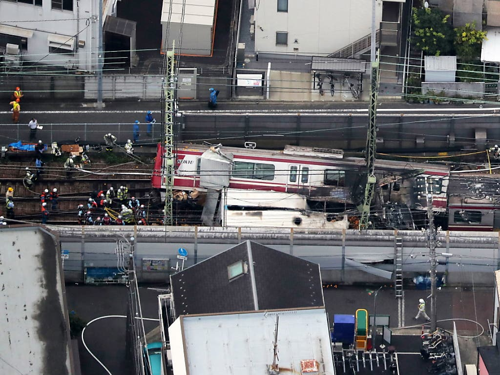 Weil ein Lastwagen auf einem Bahnübergang nahe Tokio liegen blieb, prallte ein Zug mit rund 100 Stundenkilometern in den Wagen - 35 Menschen wurden verletzt, einer davon lebensgefährlich. (Bild: KEYSTONE/EPA JIJI PRESS)