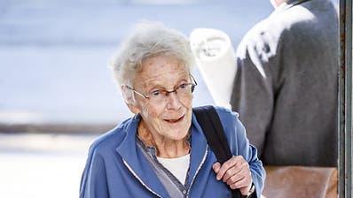 Die Basler Menschenrechtsaktivistin Anni Lanz wird von ihrem Anwalt Guido Ehrler zur Gerichtsverhandlung am Walliser Kantonsgericht begleitet. (Bild: KEYSTONE/VALENTIN FLAURAUD)