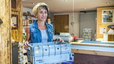 Ursula Bertsch in der Postagentur, die sie seit neun Jahre bei sich zu Hause betreibt. (Bild: Andrea Stalder)