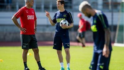 Stephan Lichtsteinersagt, die Kommunikation zwischen ihm und Nationaltrainer Vladimir Petkovic funktioniere einwandfrei. (Bild: Keystone)