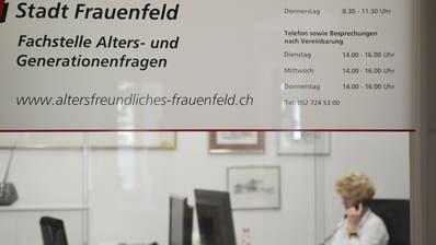 Die Fachstelle für Alters- und Generationenfragen im Rathaus. Im Hintergrund telefoniert Leiterin Verena Rieser. (Bild: Mathias Frei)
