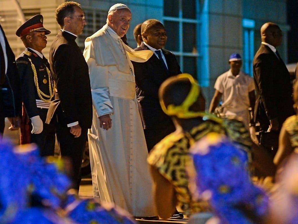 Mozambiks Katholiken begrüssen Papst Franziskus. Ein Drittel der Bevölkerung Mosambiks ist katholisch. (Foto: Antonio Silva/EPA) (Bild: KEYSTONE/EPA LUSA/ANTONIO SILVA)