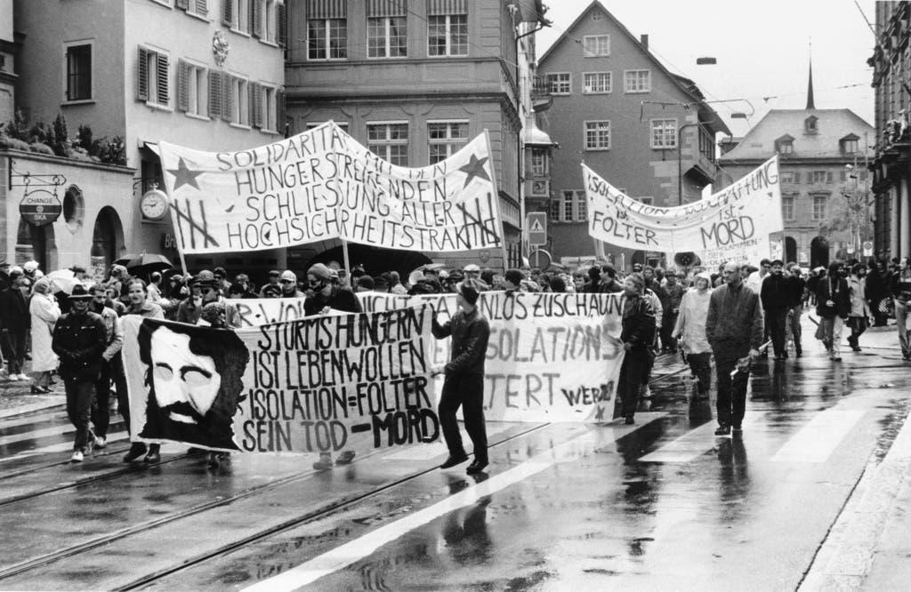 Gegen 500 Personen haben am 16. Mai 1987 in Zürich an einer Solidaritätskundgebung für den in der Strafanstalt Regensdorf inhaftierten Walter Stürm teilgenommen und die Abschaffung der Einzelhaft gefordert. (Bild: Keystone)
