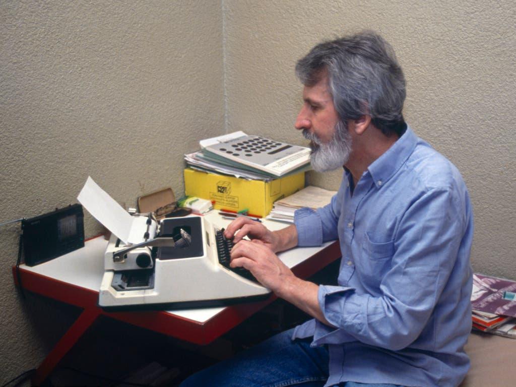 Walter Stürm tippt in seiner Zelle im Untersuchungsgefängnis in Brig, auf einer Schreibmaschine, aufgenommen am 27. März 1993. (Bild: KEYSTONE/RENE RITLER)