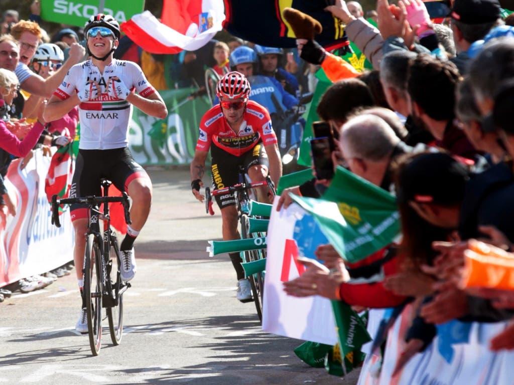 Zwei Slowenen dominieren die Vuelta: Tadej Pogacar (links) sichert sich in der 13. Etappe vor seinem Landsmann und Leader Primoz Roglic den zweiten Tagessieg in der laufenden Rundfahrt (Bild: KEYSTONE/EPA EFE/JAVIER LIZON)