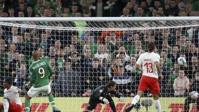 Der Moment des Schreckens. Die Schweiz kassiert kurz vor Schluss den 1:1-Ausgleich (Bild: Keystone)