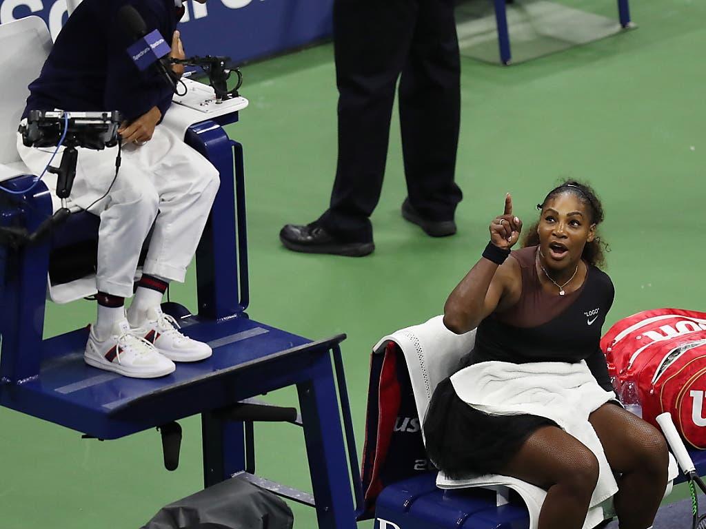 Erinnerungen an ein unschönes Ende: Im Final legte sich Serena Williams vor einem Jahr mit dem Stuhl-Schiedsrichter Carlos Ramos an und sorgte für einen Skandal (Bild: KEYSTONE/EPA/BRIAN HIRSCHFELD)