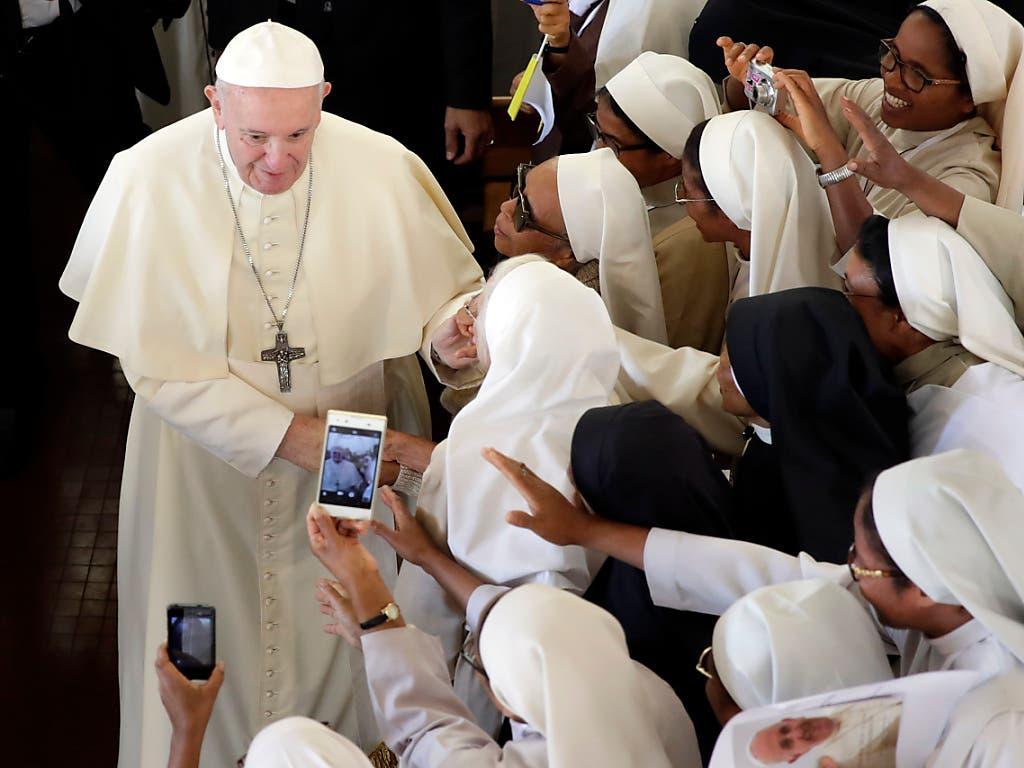 Papst Franziskus rief die Nonnen eines Karmelitinnen-Klosters auf, das Gespräch miteinander zu suchen. (Bild: KEYSTONE/AP/ALESSANDRA TARANTINO)