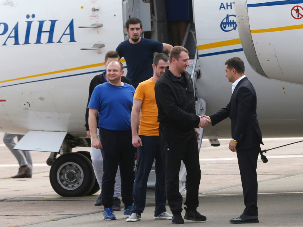 Der ukrainische Präsident Wolodymyr Selenskyj (r) nahm die ukrainischen Freigelassenen persönlich auf dem Rollfeld in Kiew in Empfang. (Bild: KEYSTONE/AP/EFREM LUKATSKY)