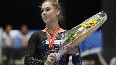 Giulia Steingruber steht bei der Siegerehrung auf dem Podium, bei den Schweizer Meisterschaften im Kunstturnen, am Samstag, 7. September 2019 in Romont. (Bild: KEYSTONE/Peter Klaunzer)
