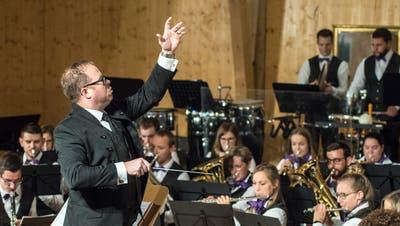 Als Dirigent und auch als Solist auf dem Euphonium überzeugte Stefan Roth mit seinem Orchester. (Bild: Reto Martin)