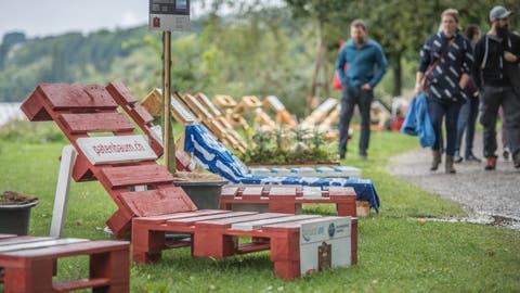Die Liegestühle bei der Festhalle Sempach konnten von den Besuchern selbst hergestellt werden.Bild: Pius Amrein (8. September 2019)