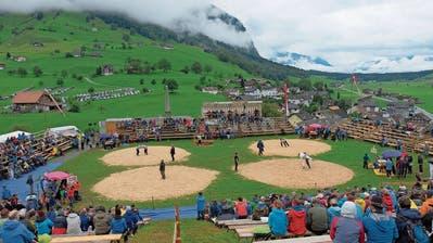 Regenkleidung prägte das Bild in den Zuschauerreihen am Allweg-Schwinget. (Bild: Richard Greuter, Ennetmoos, 8. September 2019)